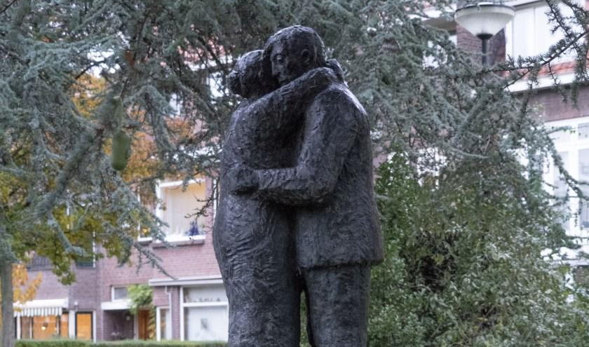 De omhelzing door Gerard Brouwer. Datum: 1997. Materiaal: brons.