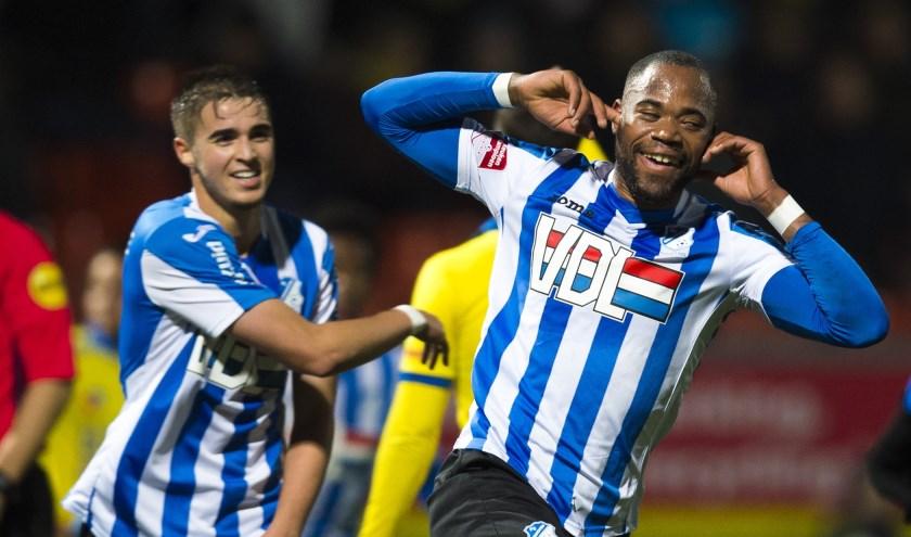 Alvin Daniëls (rechts) viert zijn doelpunt.
