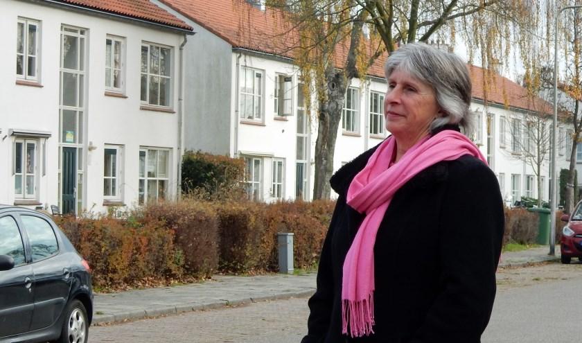 Marion Smulders kijkt op de Griffensteijnselaan richting speeltuin. Op de achtergrond staan woningen die gesloopt worden. FOTO: Asta Diepen Stöpler