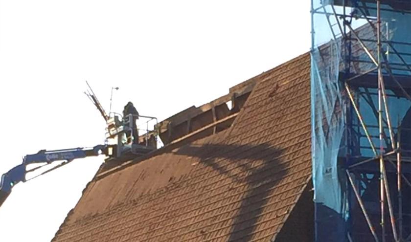 De dakpannen zijn inmiddels allemaal verwijderd van de Turfmarktkerk. Foto: PR