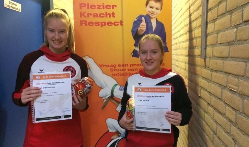 Jennifer en Esmee kregen hun diploma DOJO-assistent uitgereikt, iets waar ook de vereniging heel blij mee is.