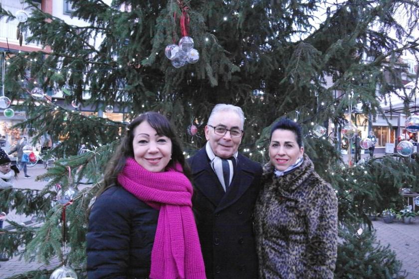 Boven dit familieportret de kerstballen waarmee zij hun geliefde Willy herdenken...