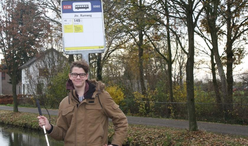 Sam Hageraats bij de bushalte op de Jonkheer Ramweg, die volgend jaar dreigt te verdwijnen. Meer info: www.redbus45.petities.nl.