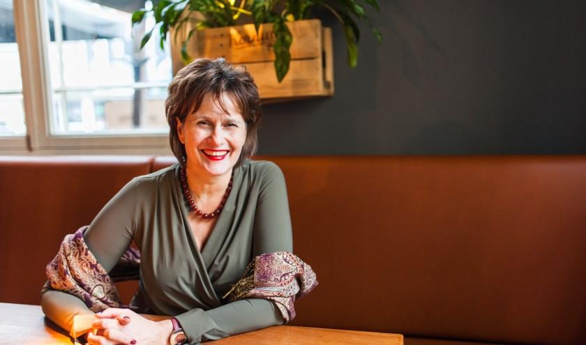 Liefdesexpert Carla Ketelaar schreef 'Laatste liefde'. In haar boek geeft Ketelaar direct toepasbare tips over hoe vrouwen de verschillende fases in het datingproces succesvol kunnen doorlopen. (foto: Marleen Sahetapy)