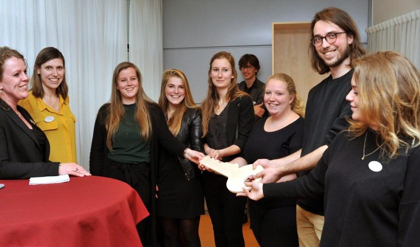 Sleuteloverdracht aan eerste lichting studenten. (Foto JW Bakker)
