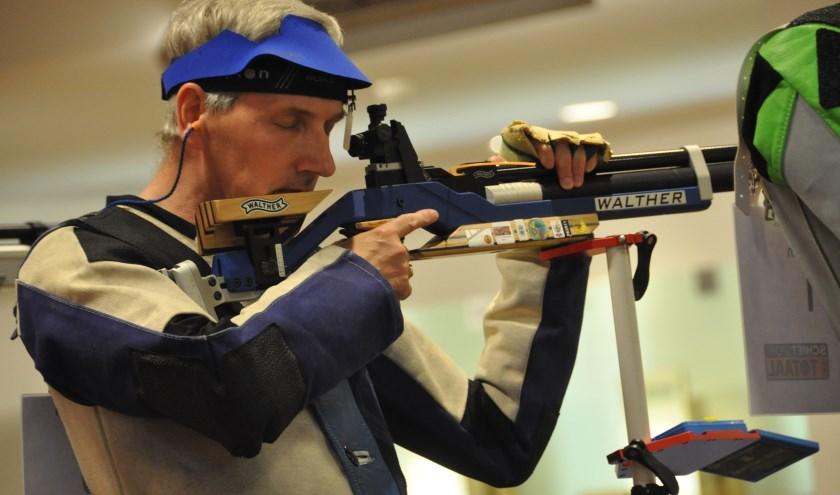 Opperste concentratie voor Walter Jaegermann tijdens een wedstrijd. Voor het beste resultaat moet je schieten tussen je eigen hartslag in. (foto: eigen foto)