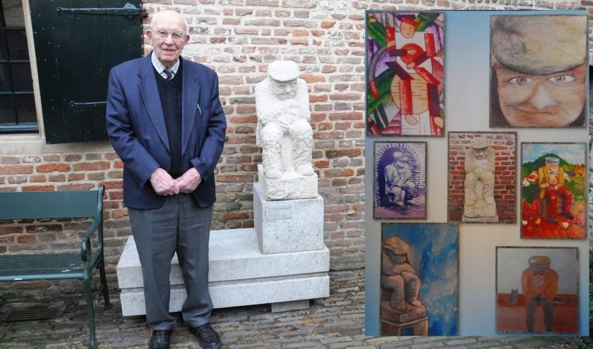Vrijwilliger Frits Redeker staat naast het beeldje van Jan Hendrik Sypkens-Smit. Rechts de zes werken die de leden van Schildersclubje Chez Francois hebben gemaakt na hun bezoek aan Hattem. (foto: Voerman Museum Hattem)