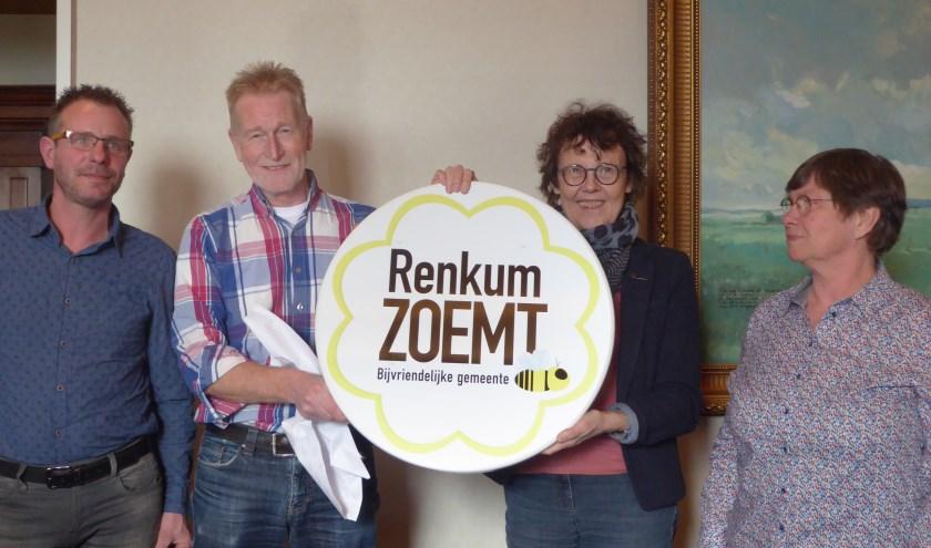 Renkum is verkozen tot bij-vriendelijke gemeente. Het bord komt te hangen in het gemeentehuis. (foto: Marnix ten Brinke)