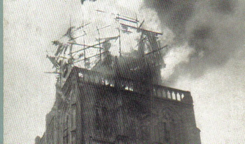 De Walburgtoren staat volop in brand. Voor heel wat Zutphenezen is het de tweede torenbrand in hun leven. Zij zagen in 1920 de Wijnhuistoren branden. (Foto: Stedelijke musea Zutphen)