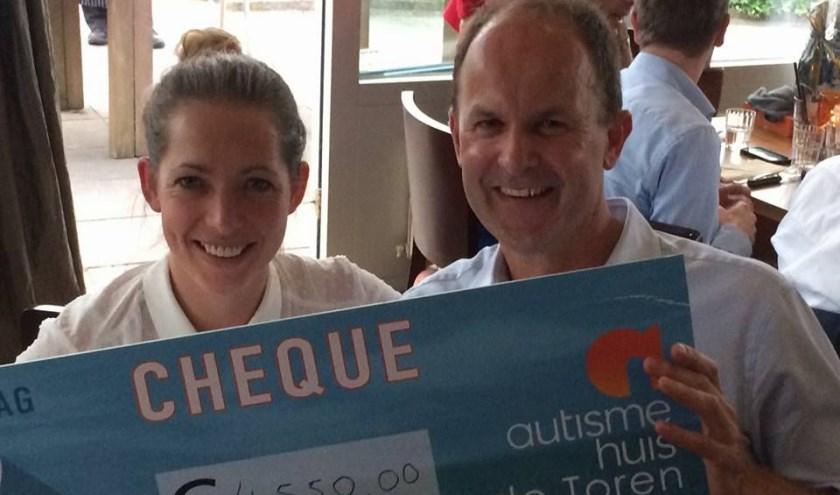 Uitreiking cheque aan medewerkers Autismehuis De Toren.