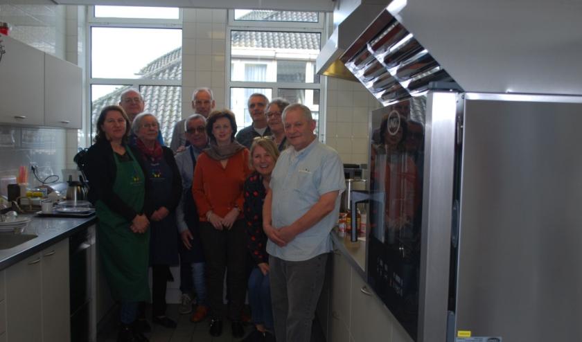 Kookvrijwilligers In de keuken van Valkenhaeghe. Foto: Liesbeth van Sas.