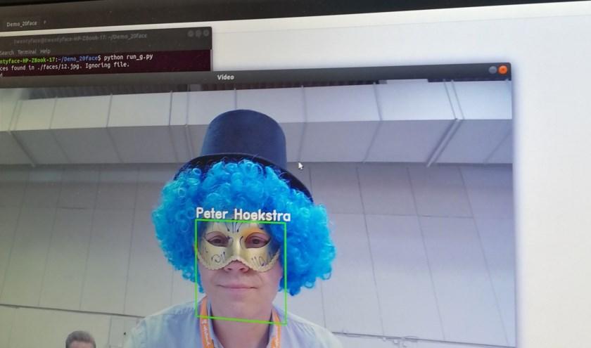 """Peter Hoekstra: """"Onze software werkt zelfs onder slechte lichtomstandigheden, variaties in poses, kleine beeldresoluties. Ook als je maar een klein stukje, een glimp, van een gezicht ziet."""""""