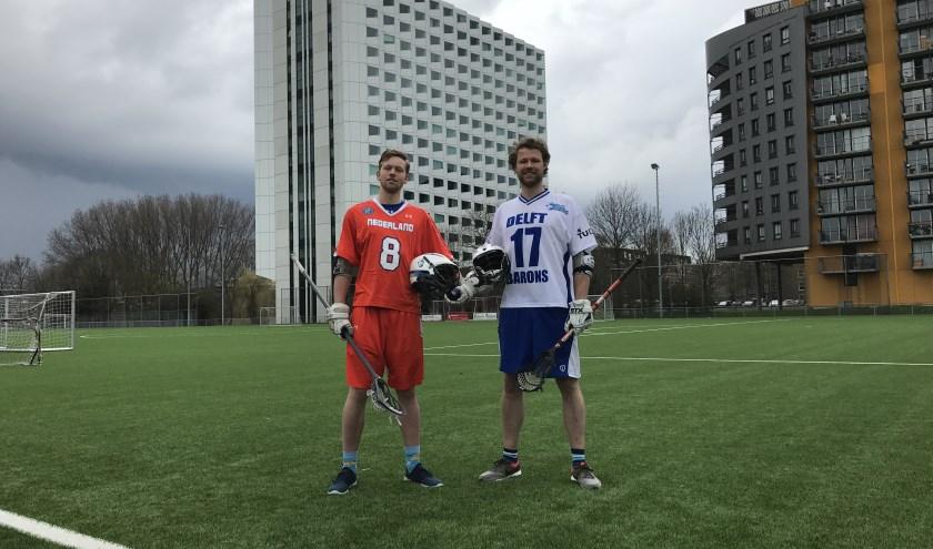 Tijmen (links) in het tenue van het Nederlands team en Jasper (rechts) in het tenue van de Delftse Barons (Foto: Annemarie de Vries)