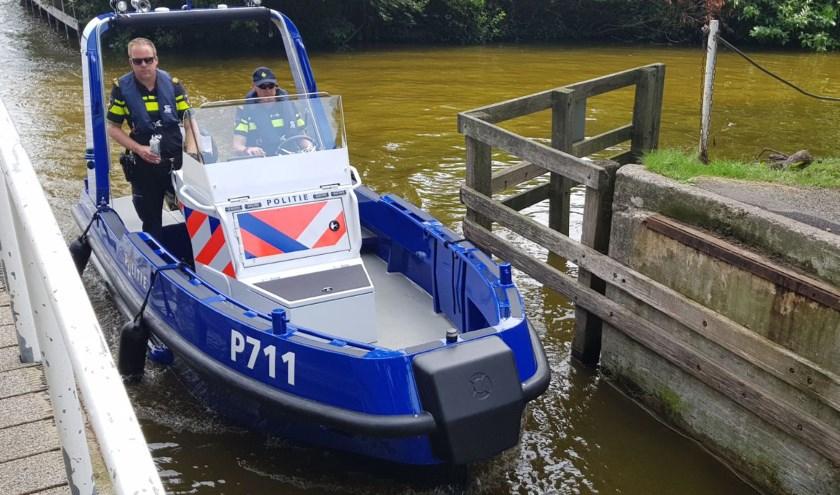 Hoofdagent Ton van den Berg (l) samen met collega op surveillance met de nieuwe Stormer. Foto: PR