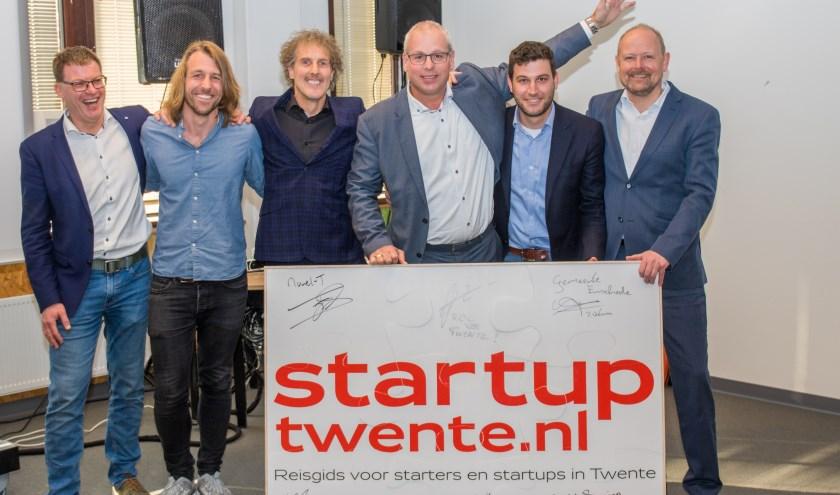 Peter Borkens (links) met afgevaardigden van Spinnerij Oosterveld, de Cee Cee community, Start! By Saxion, Novel-T, het Ondernemerslab van het ROC van Twente en de gemeente Enschede.