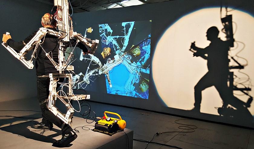 Wanneer de kunstenaar het exoskelet draagt, worden zijn armen en linkerbeen op 64 punten algoritmisch aangestuurd. Foto: Steve Berrick