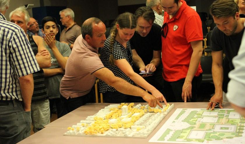 Er was veel belangstelling voor het bouwplan aan de Schimmerik. FOTO: Ad Adriaans.