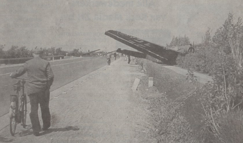 Een neergeschoten vliegtuig langs rijksweg 13 tussen Delft en Rotterdam.