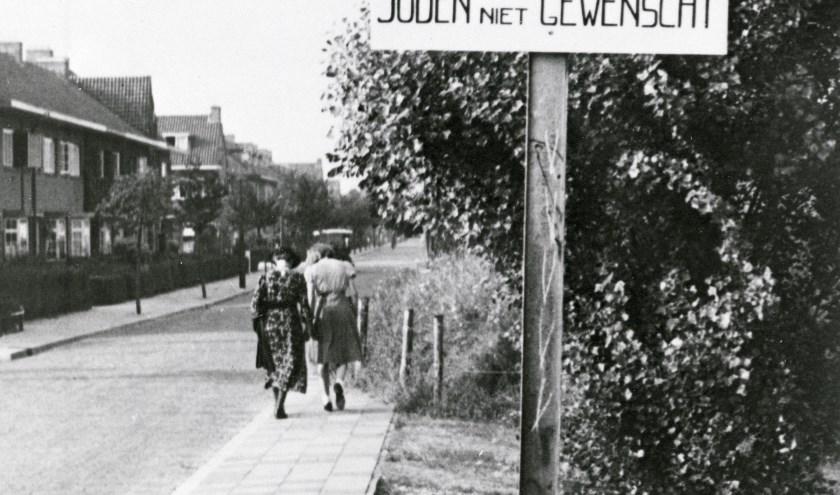 In de Regentesselaan, vroeger Maartensdijk en nu Tuindorp, wordt de familie Frijda herdacht door nabestaande Gerda Frijda en Rob Hufen, bewoner. Foto: Het Utrechts Archief.