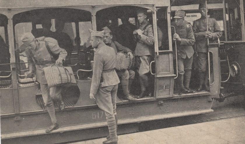 Met al het beschikbare vervoer werden militairen naar de stations gebracht. Zelfs de open trams werden tot dit doel ingezet.