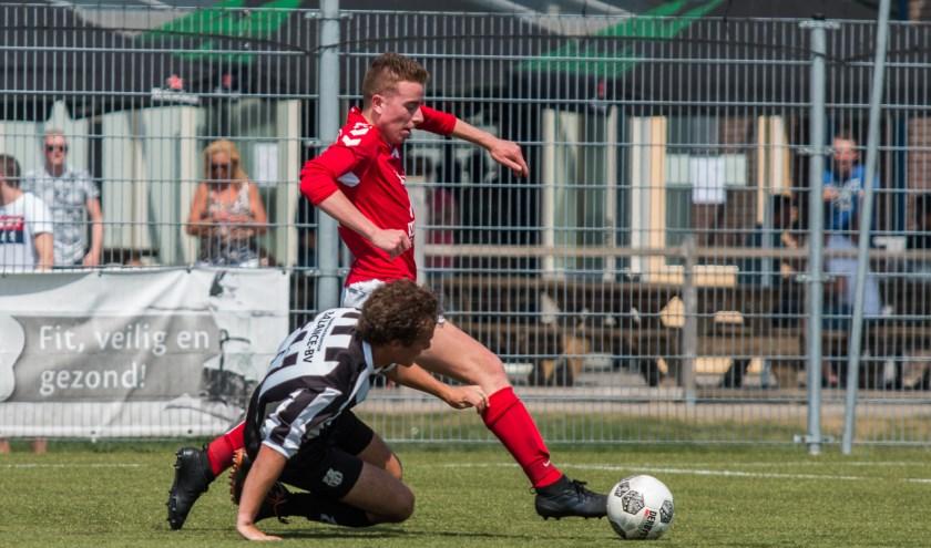 VV Elspeet ging zaterdag op eigen veld ten onder tegen VV Hulshorst en degradeert uit de derde klasse B. Hulshorst speelde zich veilig. Foto: Willemien van Duinen