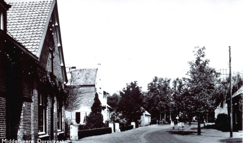Het lage gebouw voorbij de brouwerij is het tijdelijke café De Doornboom.
