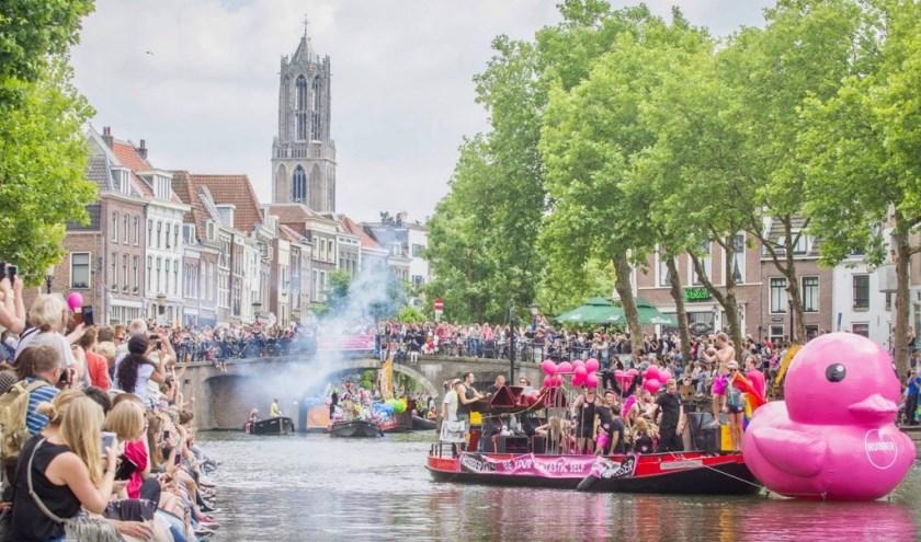 Op zaterdag 16 juni kleurt Utrecht weer in alle kleuren van de regenboog met een bonte stoet van boten uit de LHBTI-gemeenschap. Foto: Utrecht Calan Pride
