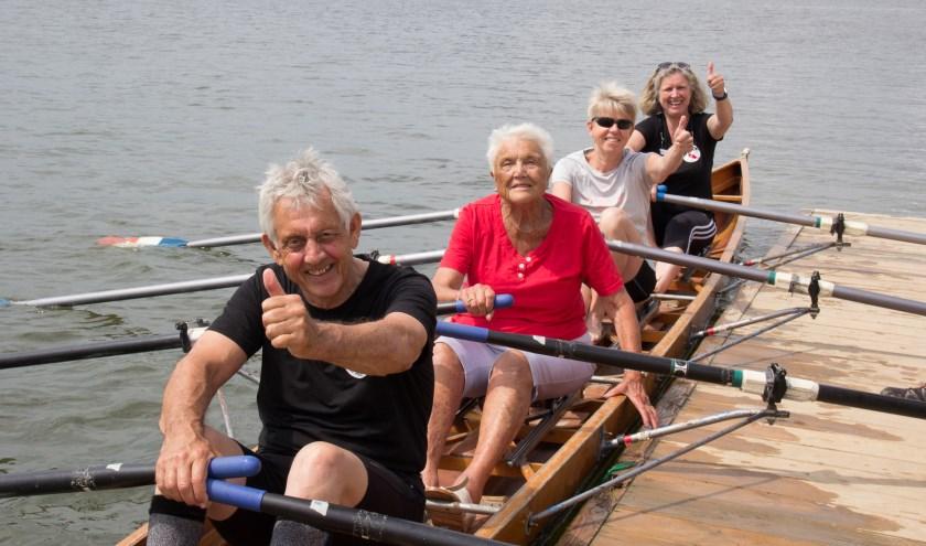 Marijke van den Berg (90) stapt na dertig jaar weer in de roeiboot. (Foto RV de Waal)