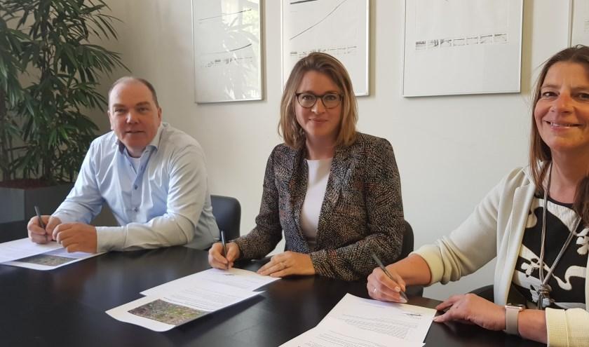 Theo de Bruijn, Anne Janssen en Annelies Barnard hebben de intentieverklaring ondertekend. (foto: Kees Stap)