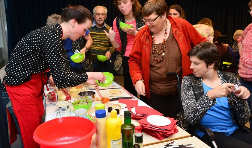 Resto Van Harte gebruikt al 13 jaar de eettafel als middel tot ontmoeting en verbinding in een buurt of wijk. Dit wordt nu beloont door het Grolsch Vakmanschap is Meesterschap Fonds. Foto: Rene Oudshoorn