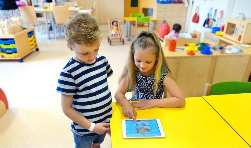 Twee kinderen verkennen de nieuwe kinderwebsite van CWZ. (Foto: CWZ)
