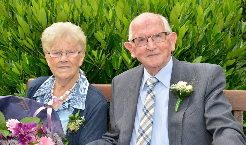 Het echtpaar Scheel vierde afgelopen weekend hun briljanten huwelijksfeest, waarbij Albert Scheel zijn bruid Helena verraste met 65 rode rozen. (Foto: Paul van den Dungen)