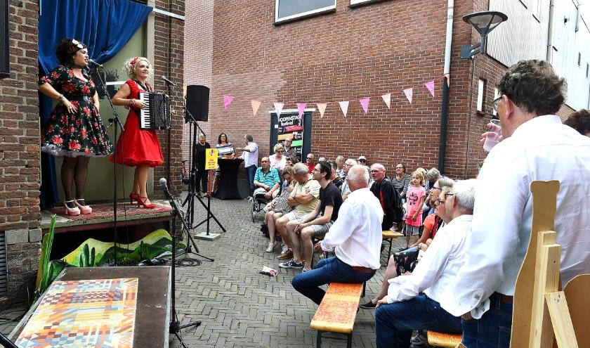 Duo Nootmuskaat in de 'Hoopensteeg', het kleinste podium van Nederland. Dit jaar wordt het korenfestival verplaatst. (foto: Roel Kleinpenning)