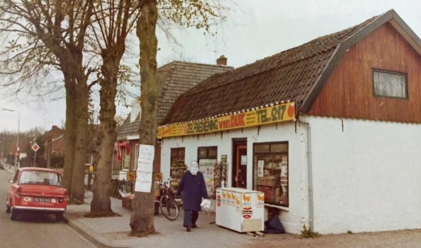 Supermarkt Cees van Dijk in 1975, toen nog te vinden aan de Oude Postweg 56. Na de nieuwbouw konden de klanten terecht aan de overkant op nummer 217.
