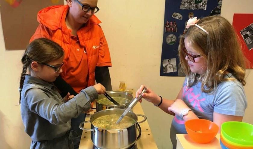 Kinderen van SKS Alles Kids maken soep. Foto: PR