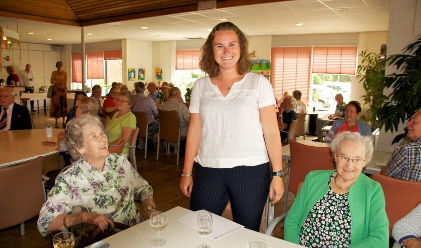 Sophie Smits in gesprek met bezoekers van het lunchcafé
