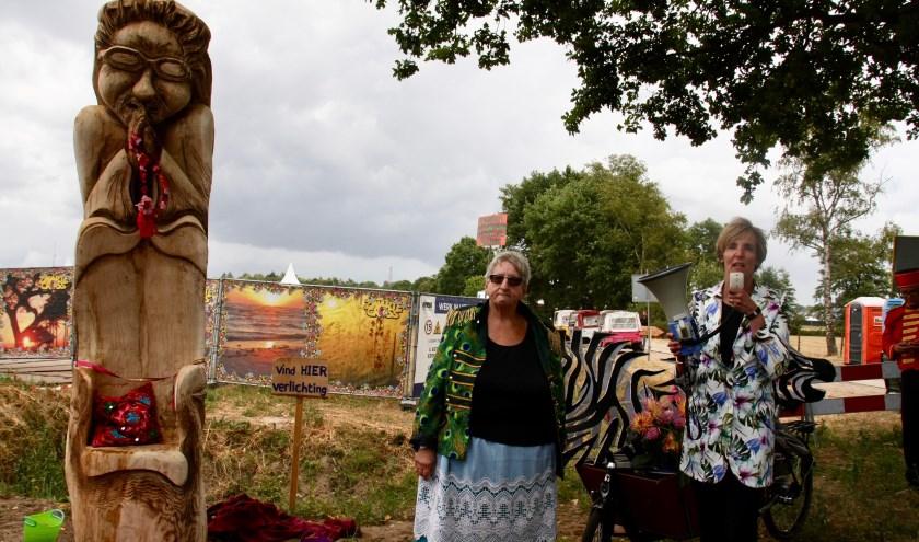 Tante Rikie en burgemeester uitten elk hun eigen trots bij de bedevaartsboom dat het driedorpenpunt markeert.