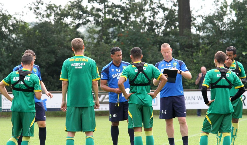 Henk Frase (midden) in Leende als trainer van ADO Den Haag. Foto: archief Theo van Sambeek