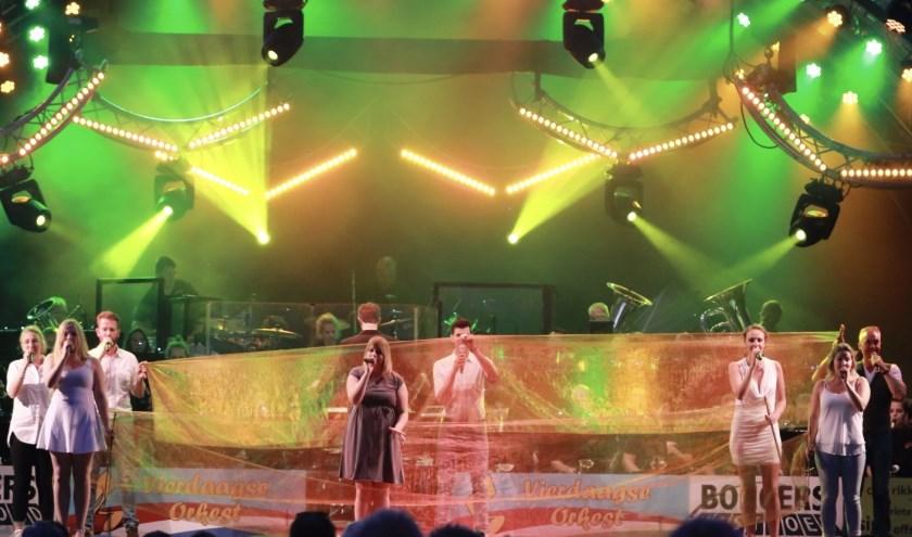 Stephanie Bongers-van Werkhoven (rechts) als frontzanger bij het Vierdaagse Orkest. (foto: Rob van Hassel)