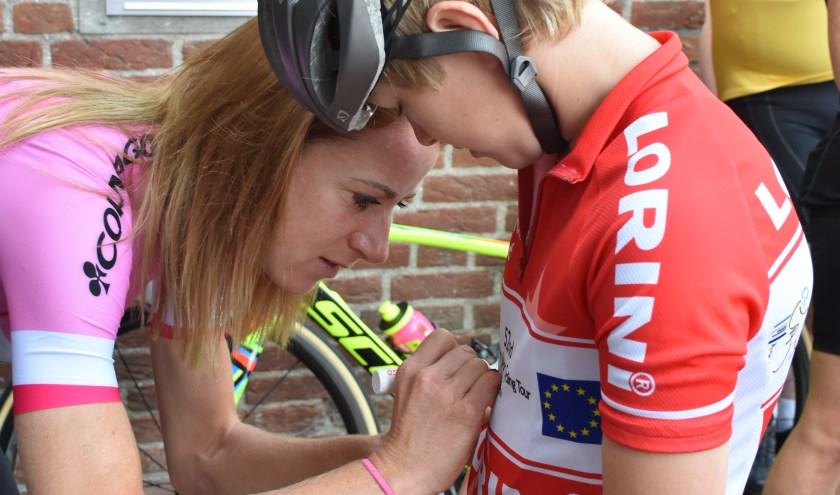 Bij het gemeentehuis was gelegenheid om een selfie met Annemiek te maken. Deze wielrenner wilde graag een handtekening van Annemiek op zijn shirt. (foto: Jan Elsenaar / Wagenings Fotoalbum)