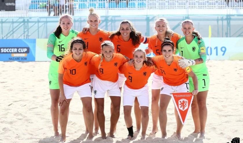 Sofie Houba (nr 9, voor tweede van rechts) en haar teamgenoten op het EK beach soccer.