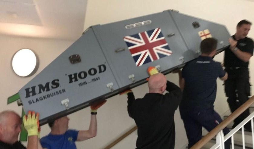 De HMS Hood wordt naar de nieuwe bestemming verhuisd.