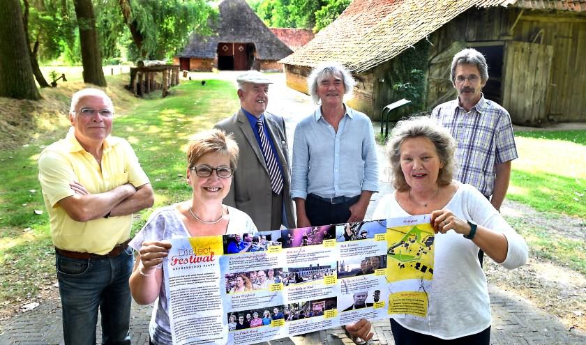De organisatie van het dialectfestival bij Erve Kots in Lievelde. (foto: Roel Kleinpenning)