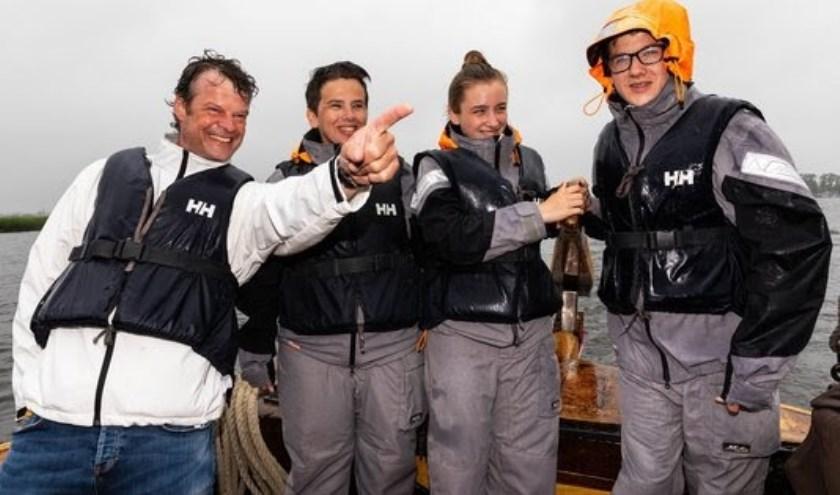 Onderschrift: Directeur van HISWA Vereniging Geert Dijks verwelkomt familie De Mooij voor het eerst op het water. Foto: Ronald Speijer.