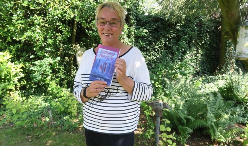 Adriënne Nijssen laat haar nieuwste boek zien, met de titel 'Maandagavond kwart over tien' (Foto: Marian Vreugdenhil)