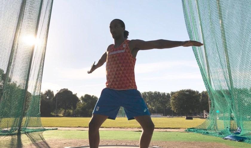 Delftenaar Shaquille Emanuelson maakt zich op voor de WK atletiek onder 20 (foto: prive-collectie)