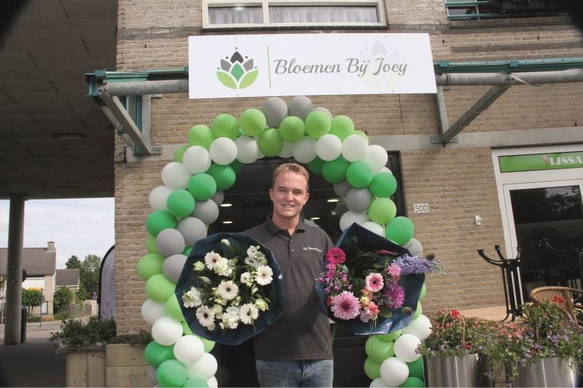 Joey Beekman tijdens de opening zaterdag van zijn bloemenwinkel.