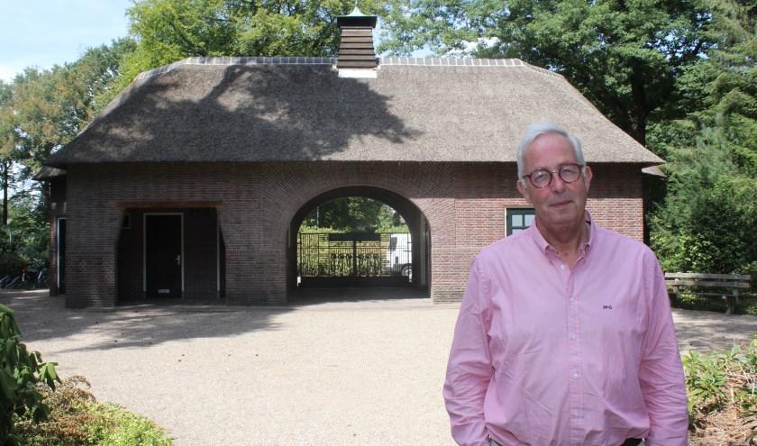 Voorzitter Pieter Heinstra verwacht gemiddeld 600 bezoekers bij de begraafplaatspoort te verwelkomen. (Foto: Arjen Dieperink)