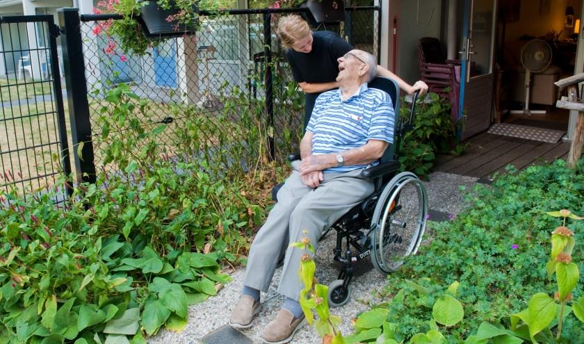 Moniek en haar maatje Wim kletsen en lachen heel wat af samen. (Foto: Maaike van Helmond)