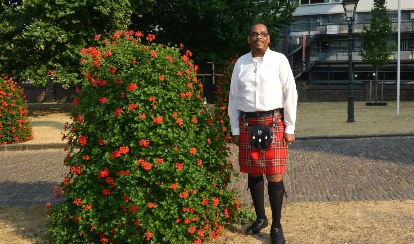 Als een lange zwarte meneer voorbijkomt in een traditioneel Schots kledingstuk, kijk je wel even om. (Foto: Jos van Leeuwen)